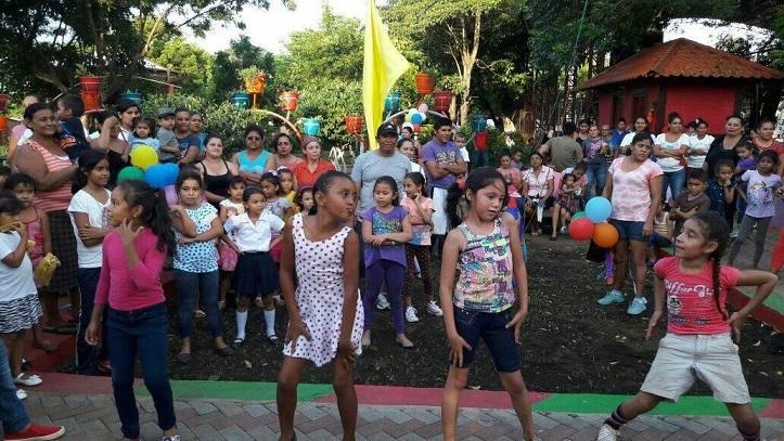 Niños bailan en la inauguración del parque