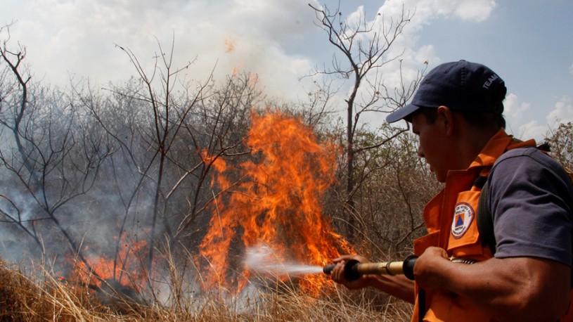 Managua 15 Abril 2013,Miembros de defensa civil continuaban combatiendo el fuego en las falñdas del volcan masaya.Foto EL NUEVO DIARIO/Bismarck Picado