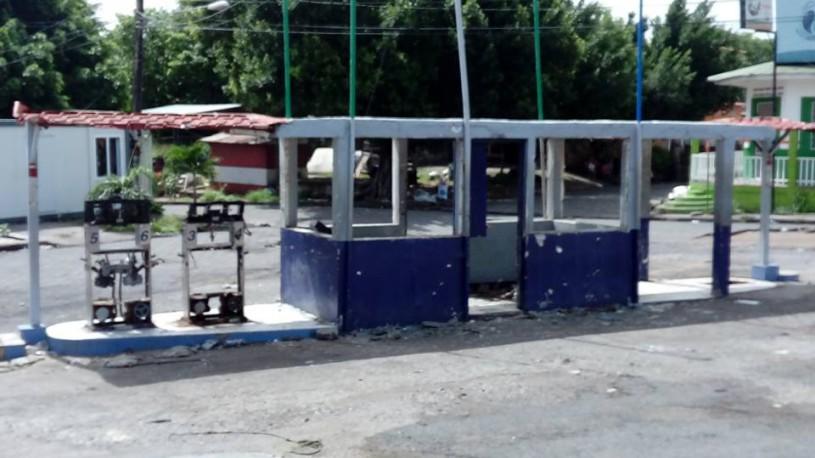 Gasolinera destruida-
