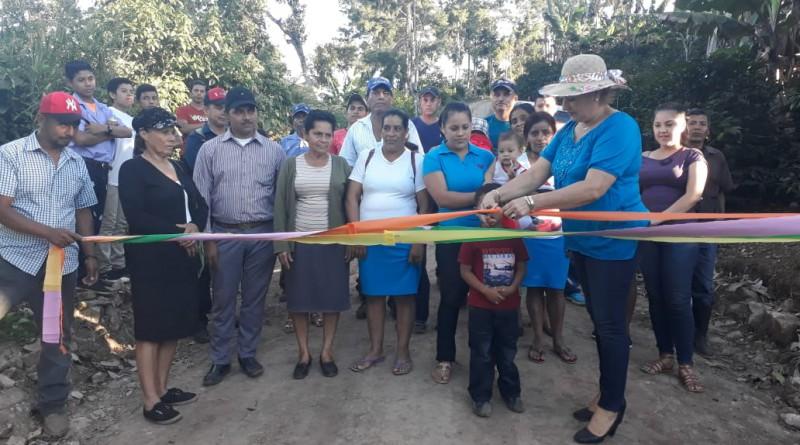 La foto registra la inauguración del tramo de camino rural La Lima-San Martín.  Esta actividad es constante en los municipios, al grado que el 70% de calles y caminos construidos ha sido la lo largo de estos doce años