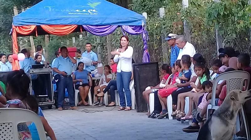 Alcaldesa de Ticuantepe Ligia Ramírez  y las familias inauguran adoquinado de calle en la comunidad Dirita