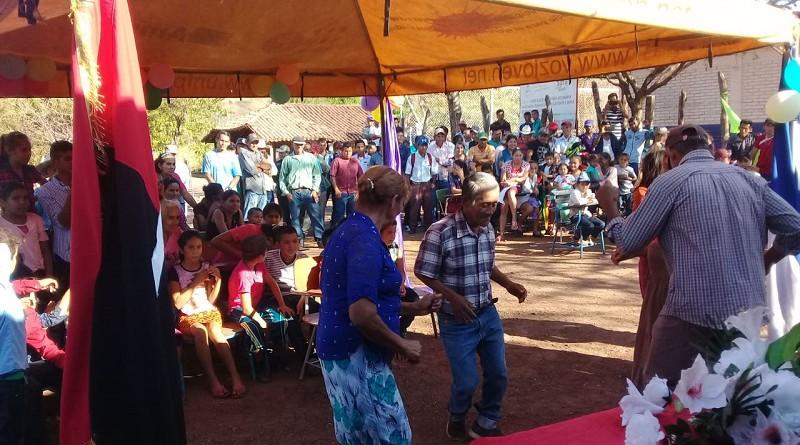 Pobladores de la comunidad El Guaylo en San Juan de Limay festejan el el servicio de energía domiciliar del que gozan con el proyecto de electrificación