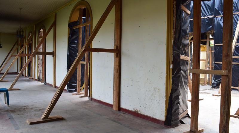Así se trabaja en la restauración del edificio colonial incendiado por los vándalos terroristas