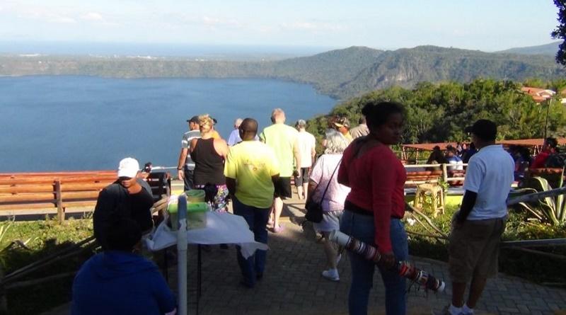 Turistas disfrutan del paisaje maravilloso desde el mirador de Catarina