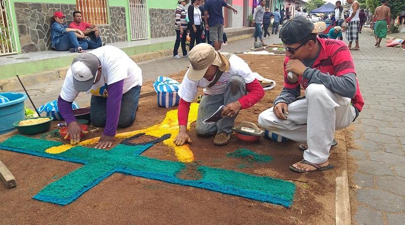 Elaborando alfombras pasionarias en Subtiava