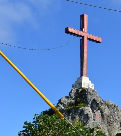La Santa Cruz que se eleva en el Cerro Chirinagua que parece vigilar la Ciudad de Las Brumas