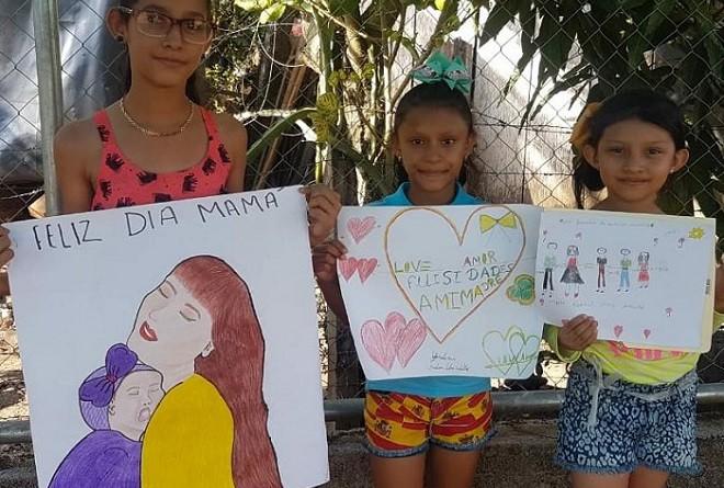 Niñas de El Coral que participaron en el concurso de dibujo en honor a la madre