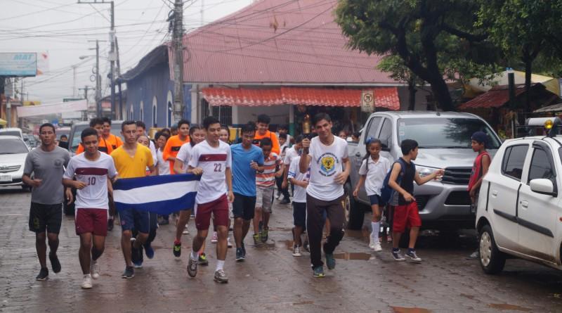 Atletas de los diferentes centros de estudios de Juigalpa, arrancan la semana olímpica con el recorrido de la antorcha