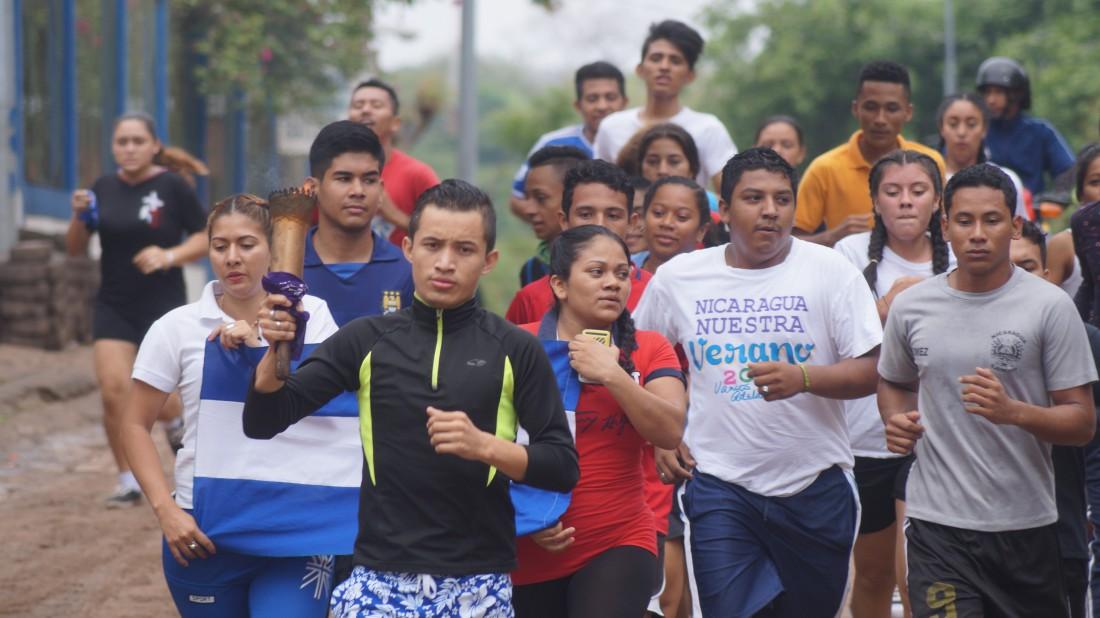 La lluvia no fue obstáculo para los  entusiastas atletas que corrieron con la  antorcha