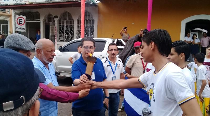 El alcalde Erwing De Castilla y el decano de FAREM UNAN Chontales, Msc. Julio Abaunza, reciben la antorcha olímpica en Juigalpa.
