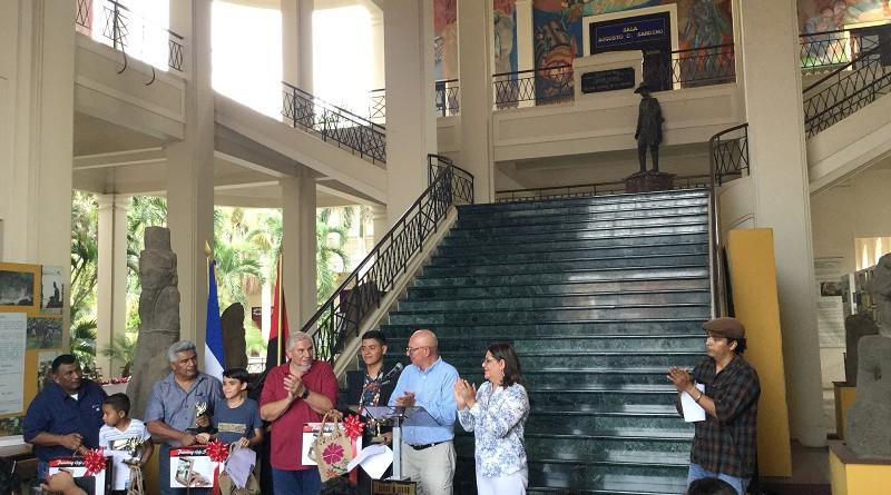 Compañeros Guiomar Irías, y Luis Morales con los ganadores del concurso de dibujo:Ayerdis Velazquez, AlejandroBáez y Elías Carrillo de Masaya, Somoto y Quezalguaque respectivamente, acompañan también los alcaldes de esos municipios