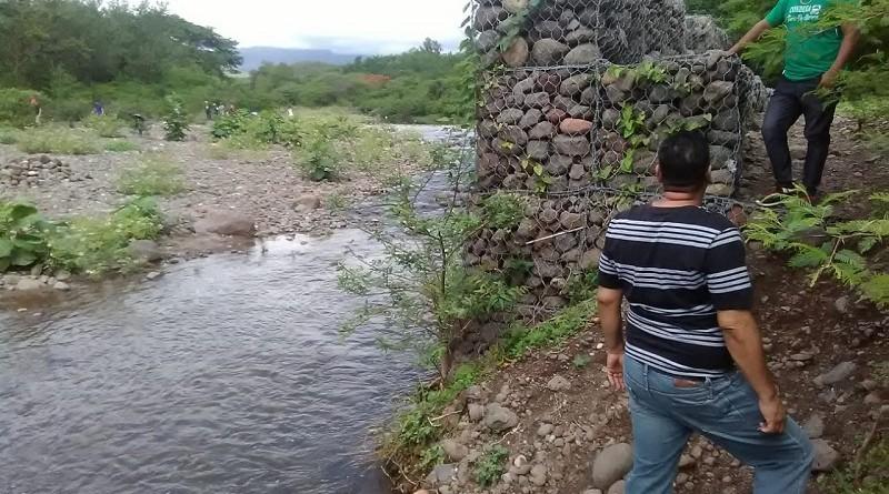 Revisando la presa en Condega, punto crítico amenaza latente para los habitantes del barrio Francisco Luis Espinoza