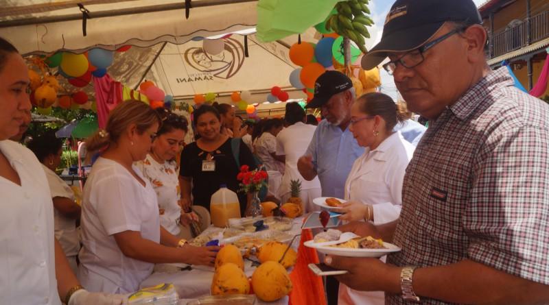 En la feria, frente al Palacio de Cultura, las delegaciones municipales del sistema de salud expusieron una variedad de alimentos nutricionales en riquísimos platillos que degustó gratuitamente la población.