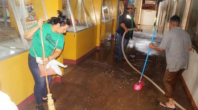 Comerciantes del mercado Esperanza Díaz de Juigalpa  y servidores públicos de la alcaldía limpian ese centro de expendios
