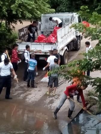 Cargando la basura extraída de la ribera del Río Comalapa en el municipio del mismo nombre