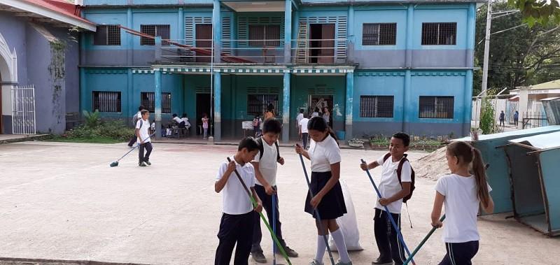 Alumnos de colegio ngaroteño contribuyendo a la limpieza