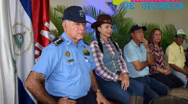 William Briones, Segundo Jefe de la Policía en Granada, Vìctor Villalobos de la Asociación de Caballistas de Granada, la alcaldesa Julia Mena Rivera.