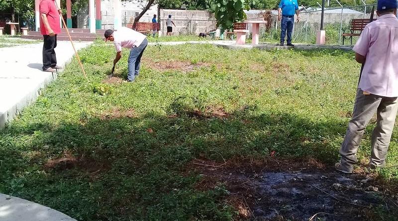 Familias de Santa Rosa del Peñón en labores de aseo de su municipio