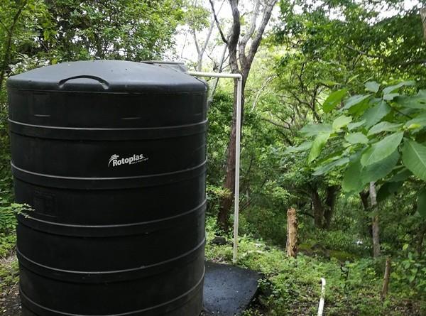 Tanque de almacenamiento de 10 mil litros de agua potable que suministra el vital líquido a 82 familias del sector Las Colinas