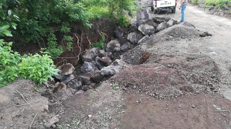 Una zanja provocada por las lluvias  en la comunidad La Granadilla, fue rellenada con  100 metros cúbicos de piedra bolón