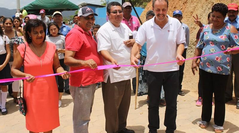 Momento inaugural de la obra de restitución de derecho al agua en Macuelizo