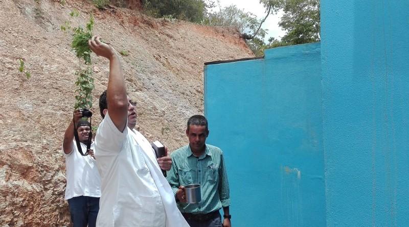 El sacerdote bendice el sistema de agua potable en Macuelizo