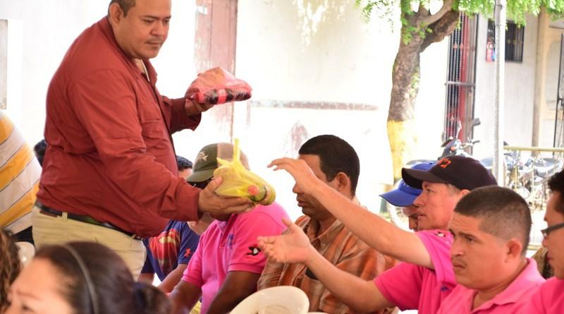 El alcalde Juan Gabriel Herández comparte con los asistentes, el brindis de la alcaldía