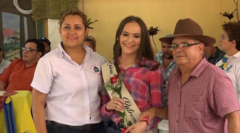 Alcaldesa Karla Yahoska Espinoza Peña, al centro la reina de las fiestas Angellys Celeste González, vicealcalde Emigdio Sequeira
