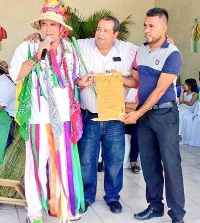 Miembros del equipo municipal entregan  reconocimiento al tradicionalista José Andrés Aráuz (Chandeco)
