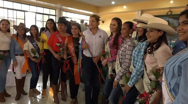 Reinas y novias de los Topes y de los hípicos, al centro alcaldesa Karla Yahoska Espinoza Peña
