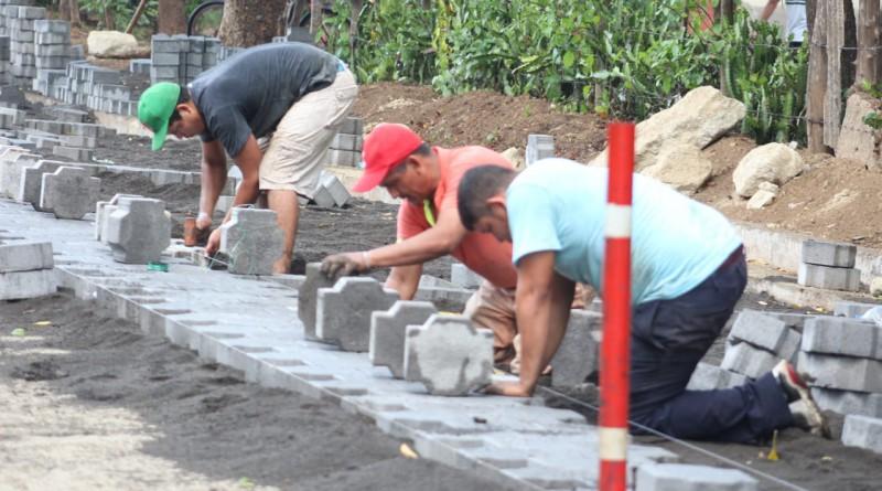 Trabajando en el adoquinado de dos calles en la comunidad California, Villa El Carmen, proyectos concluidos próximo a inaugurarse