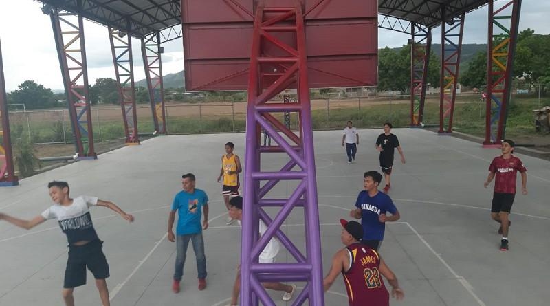 Jóvenes y niños de Mateare despliegan sus energías en actividades deportivas en la cancha con techo construida en el parque familiar Rubén Darío (barrio San José) obra que costó tres millones 540 mil córdobas.
