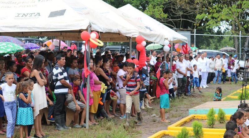 Familias alegres comparten con gobierno local de Siuna la entrega que hizo de escrituras de seis manzanas de terreno donde se construirá el hospital regional