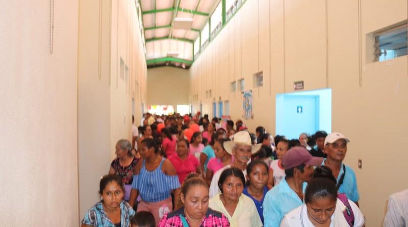 Familias en el interior del centro de salud