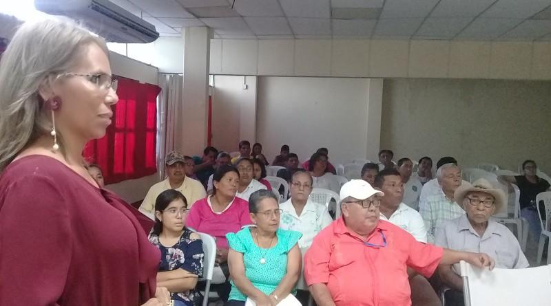 De pie la licenciada María Emilia Morales coordinadora de la comisión psicosocial