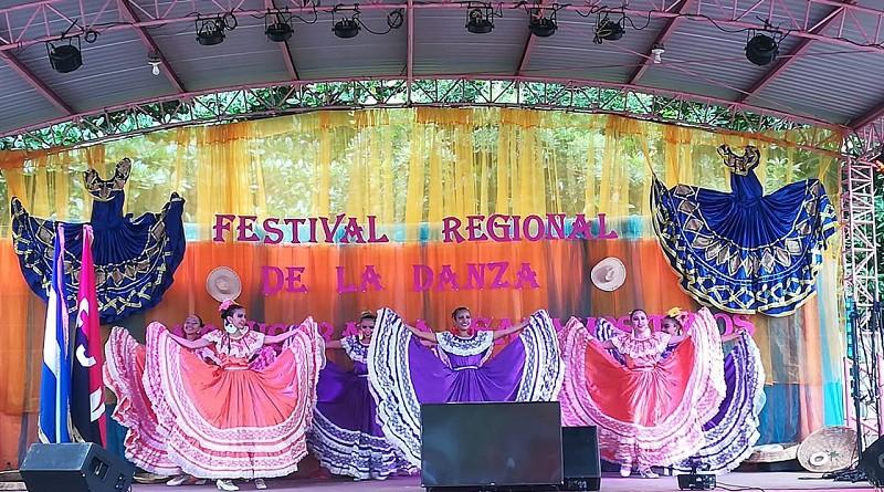 Escuelas municipales de danzas en presentaciones artísticas