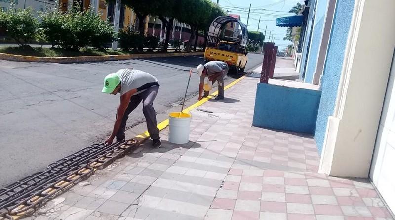 Servidores públicos de ornato municipal pintan cunetas y bulevares en la Calle Atravezada
