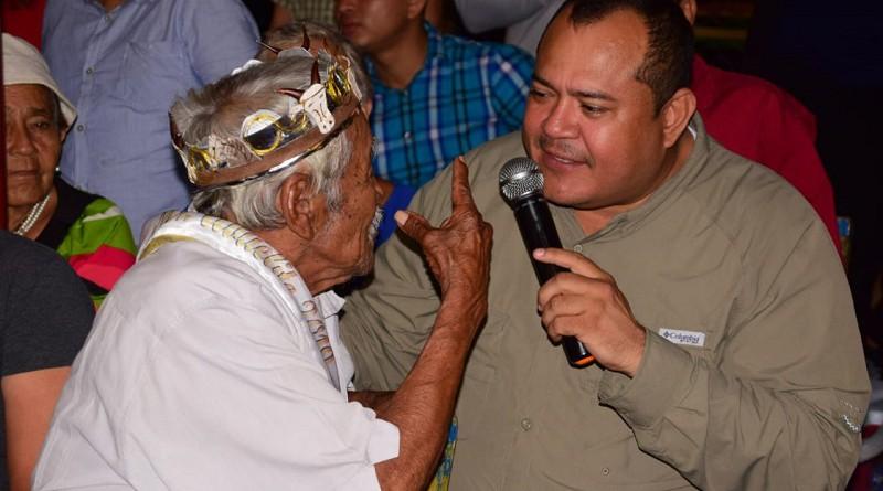 El alcalde Juan Gabriel Hernández en amena plática con el rey de la tercera edad