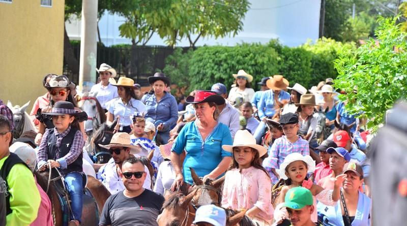 Mujeres nagaroteñas durante la hípica en su honor