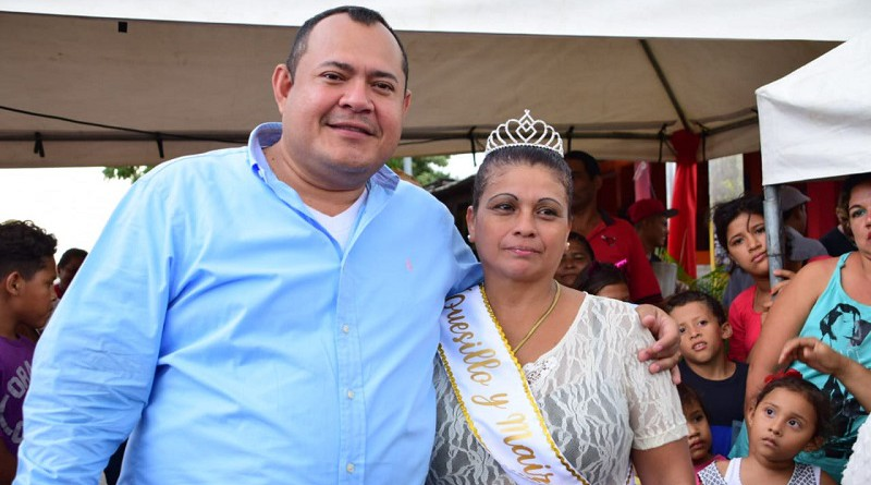 Alcalde Juan Gabriel Hernández con la reina del maíz y el quesillo