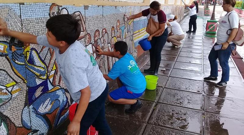 Usando pipas, escobas, palas y cepillos, con manos unidas, se realizó la mañanera jornada de limpieza en los cuatro costados de la Catedral Asunción, luciendo con una mejor presentación.