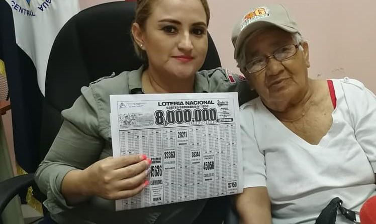 Doña Elisa con Alexandra Bermúdez, gerente de Lotería Nacional, sucursal Juigalpa: