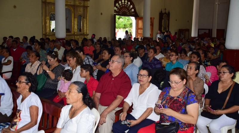 Fieles durante la misa en la paroquia Santiago de Nagarote