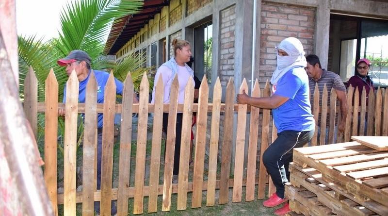 Tutoreadas po la empresa de cemento Holcim, protagonistas de Nagarote reciclan polines