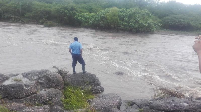 El doctor Guillermo González recomienda prudencia y no cruzar nunca ríos o puentes con crecidas (Foto Río El Hornito, Palacaguina)