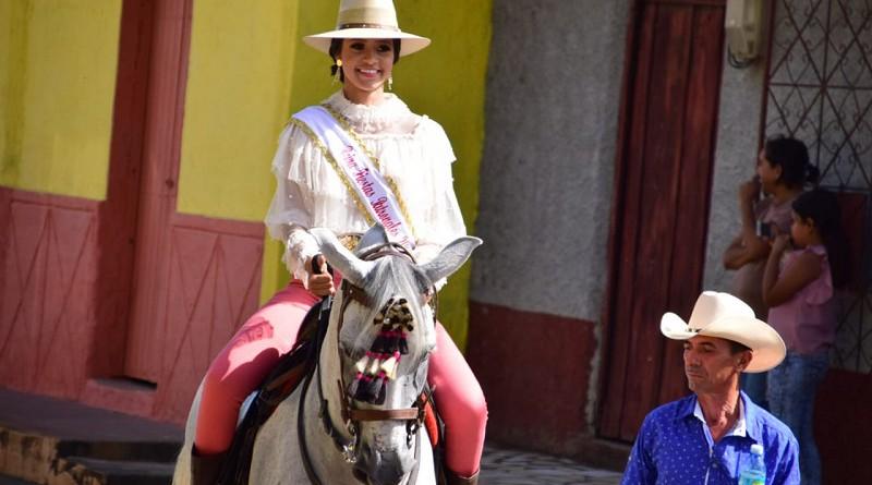 Reina de las fiestas patronales encabeza el recorrido del primer tope de toros
