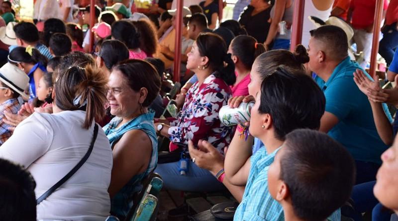 Las familias nagaroteñas disfrutan de la primera corrida taurina