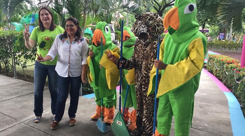 Las mascotas de Ticuantepe, símbolo de su reserva chocoyera junto a la presidenta de INIFO; Guiomar irías y Ligia Ramírez, alcaldesa de Ticuantepe