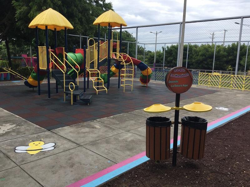Un parque donde hay mensajes alusivos a la limpieza
