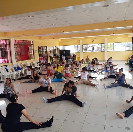 Integrantes de escuelas municipales de danza en ejercitación